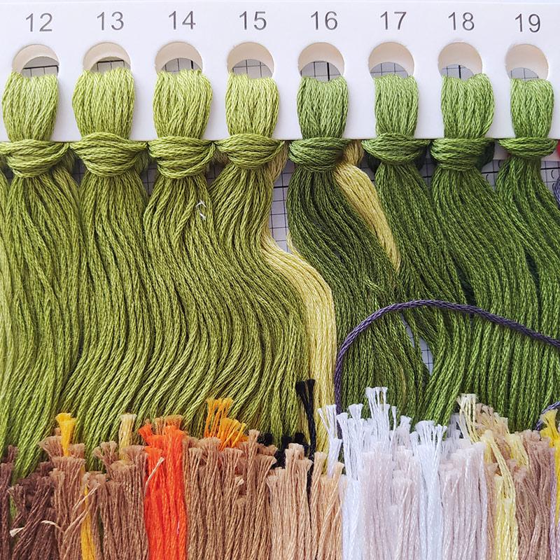 Бывает, что внаборе очень много цветов мулине. Вэтом только одних оттенков зеленого аж18. Чтобы незапутаться, нужно внимательно смотреть насхему