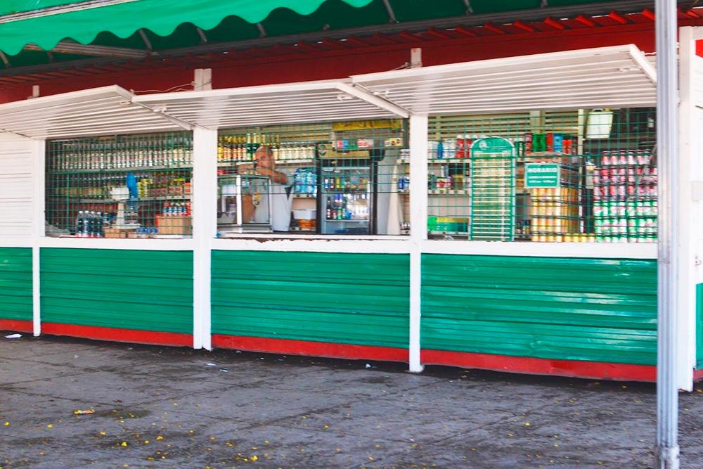 Местный магазин, где продают напитки и продукты первой необходимости