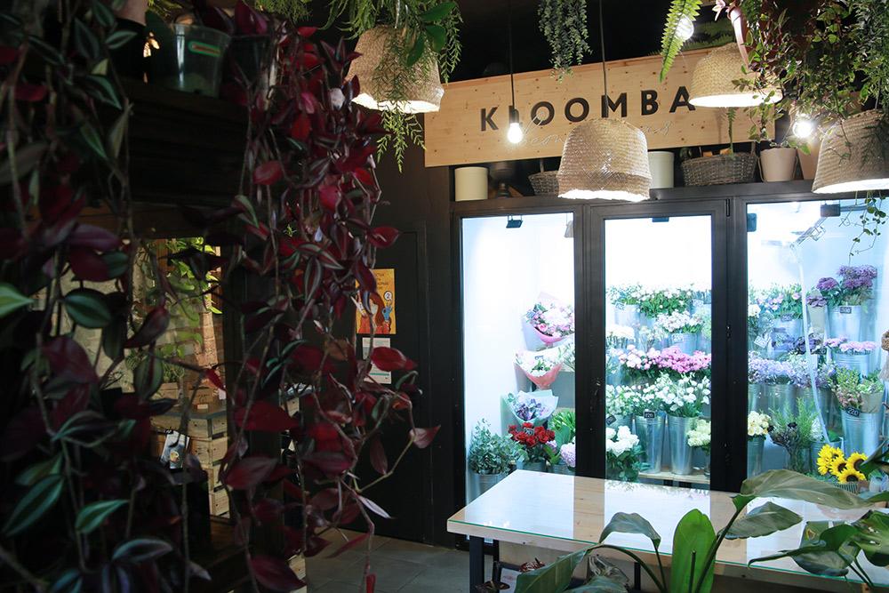 Вывеска внутри цветочного магазина