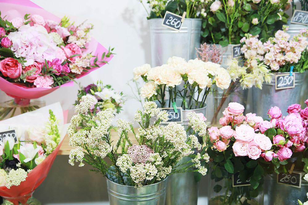 Цветы в камере расставляют так, чтобы все было хорошо видно: высокие устены, анапервый ивторой ряды те, что пониже. Фото: Ксения Колесникова