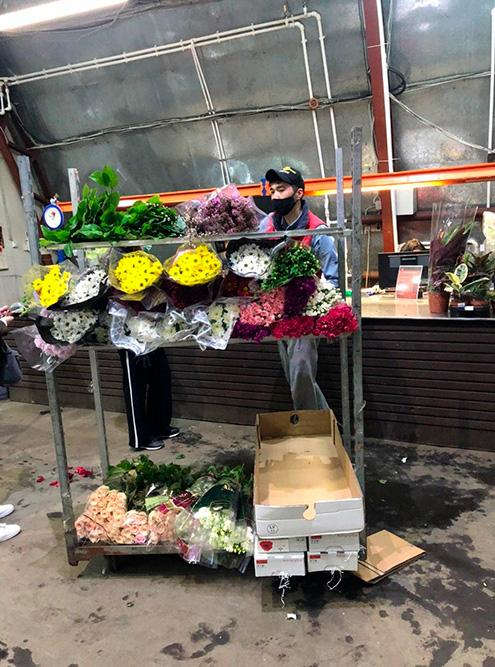 Понравившиеся цветы покупатели оставляют натележках, потом весь товар пересчитывают иоформляют менеджеры. После этого можно упаковать цветы вкоробки или бумагу иотгружать надоставку