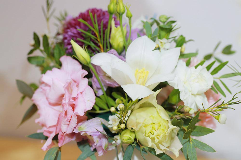 Маленькие композиции из цветов в стаканчике из-под кофе пользуются в магазине особенной популярностью. Фото: Ксения Колесникова