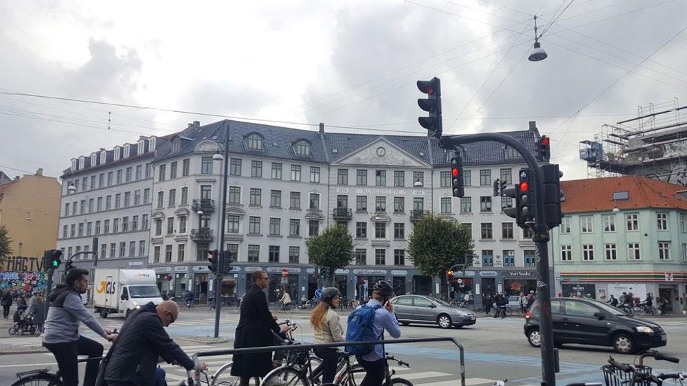Маленький светофор — для велосипедистов; если его нет, нужно просто руководствоваться сигналом обычного светофора