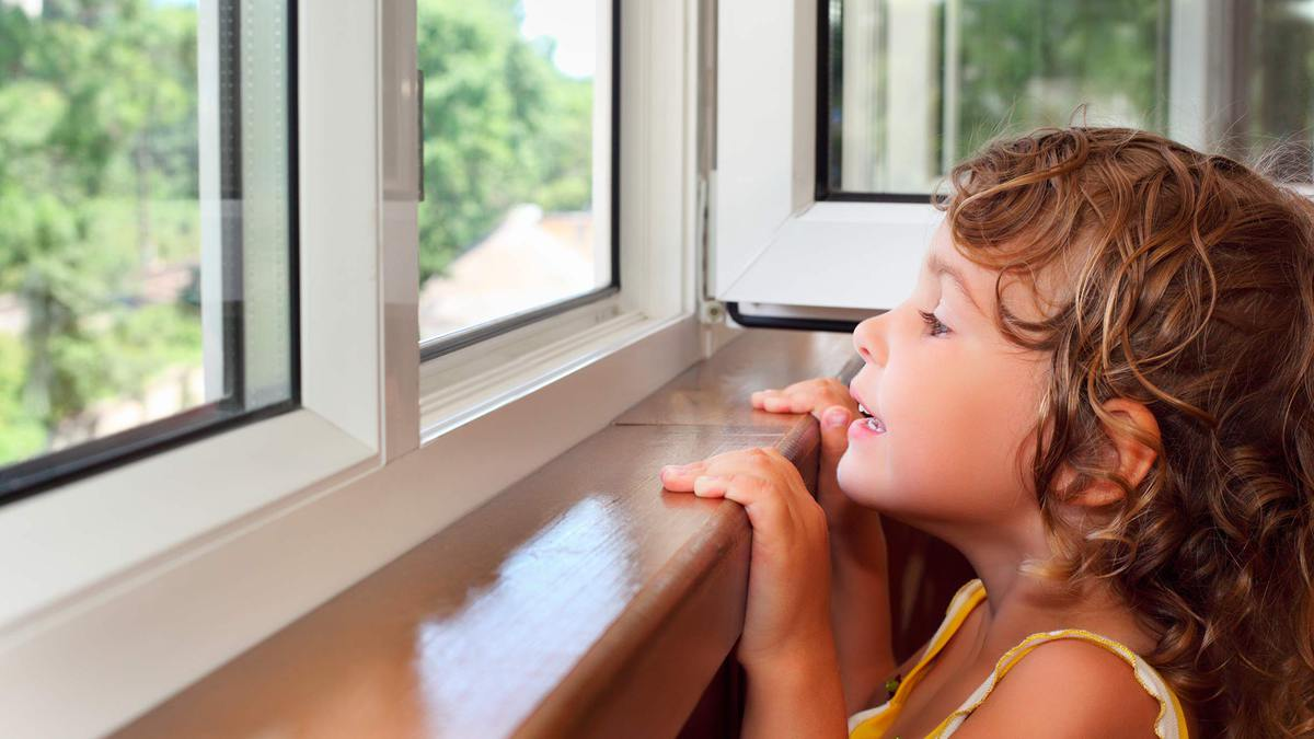 Как защитить детей от выпадения из окон