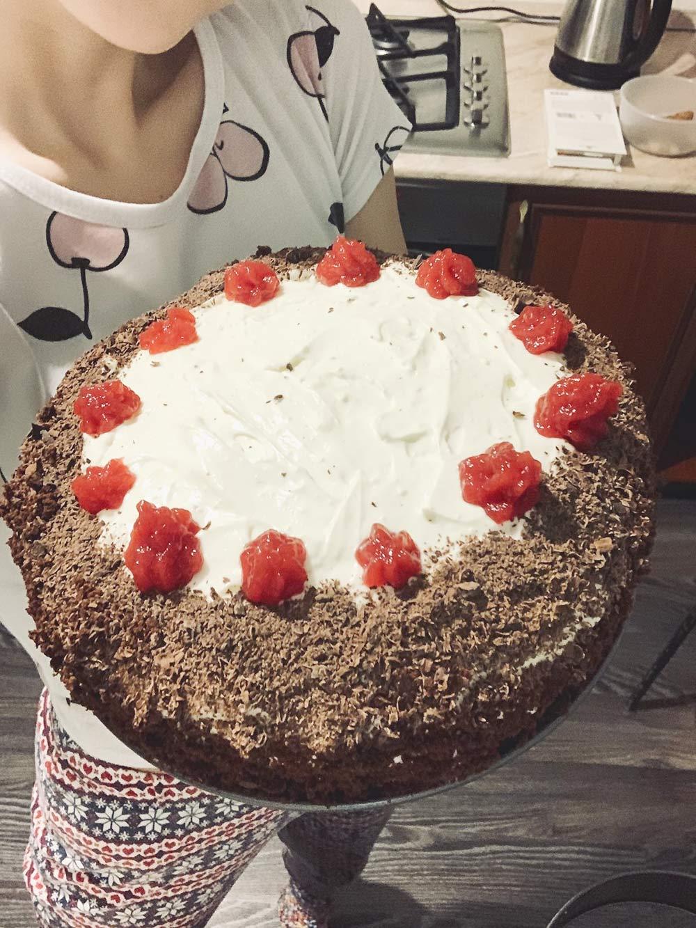 Один из тортов, которые я испекла. У него двойная начинка: малиновое желе и крем из маскарпоне, сметаны и сгущенного молока. Я выкладывала ее слоями с помощью кулинарных мешочков