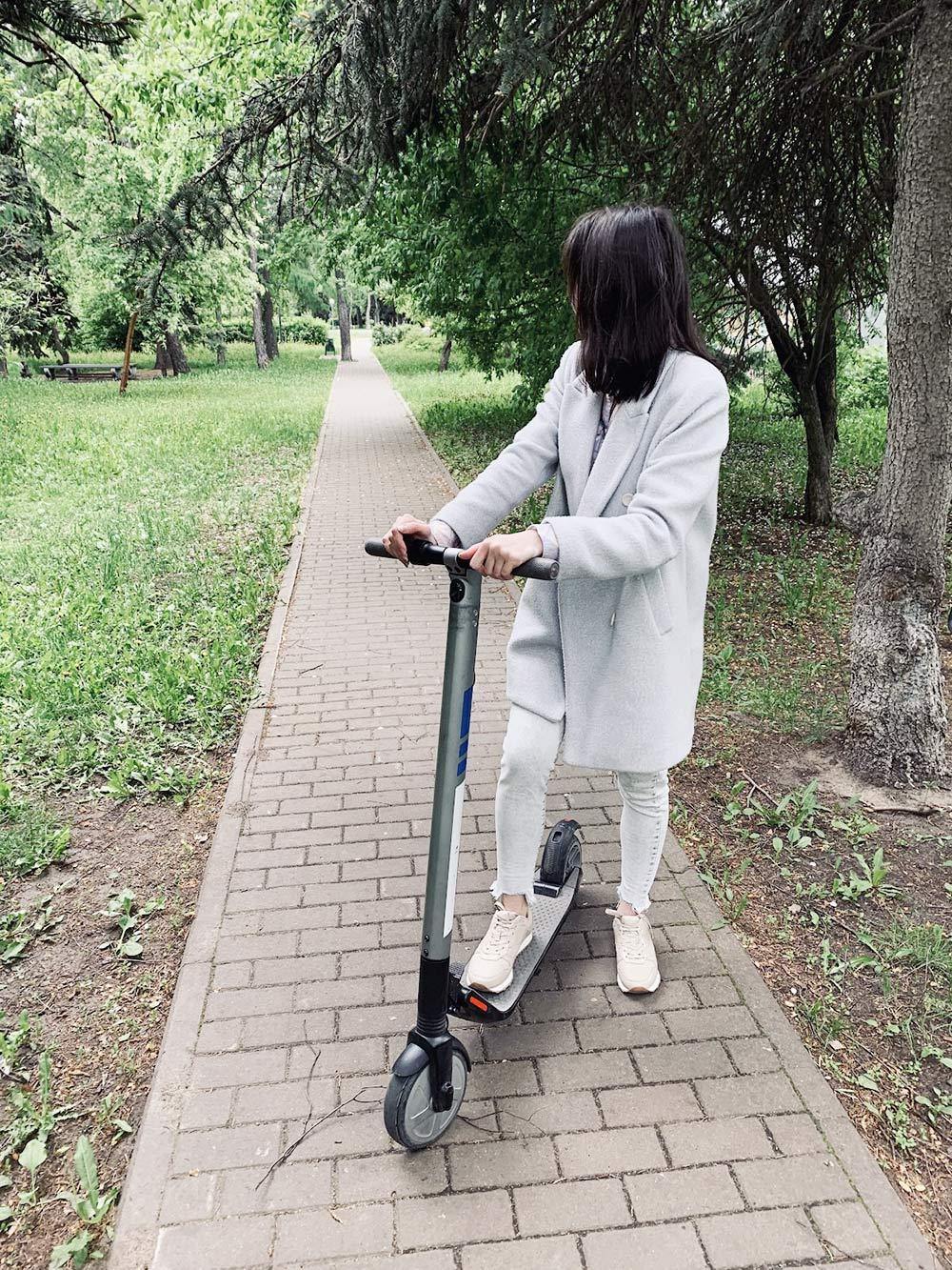 Катаемся на самокатах в парке
