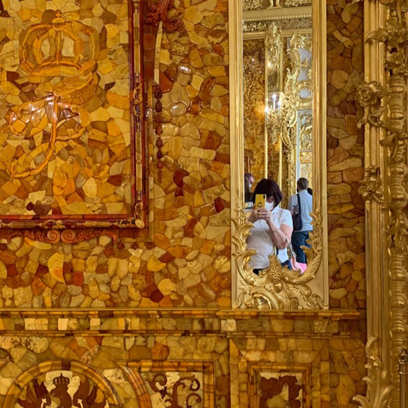 Наконец-то я увидела Янтарную комнату. В последние годы туда было не попасть: все оккупировали китайские туристы. Впечатляет!