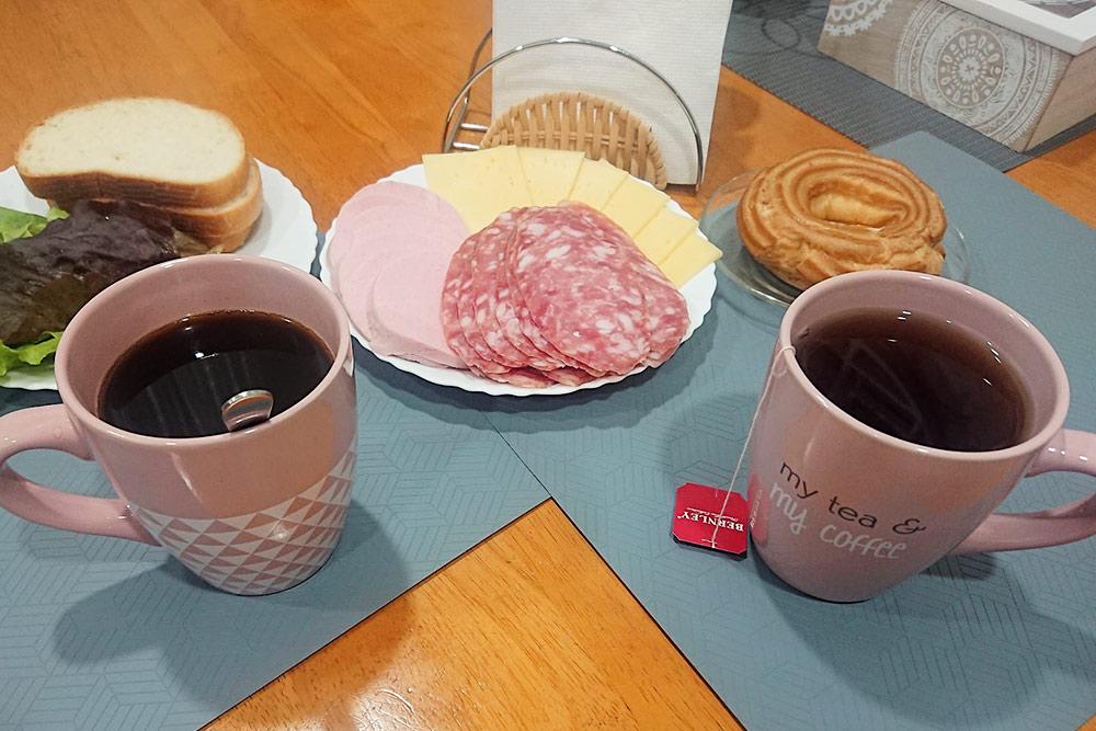 Я фотографирую завтрак длядневника. Муж не знает продневник и удивляется: «Только не говори, что выложишь колбасу в инстаграм»