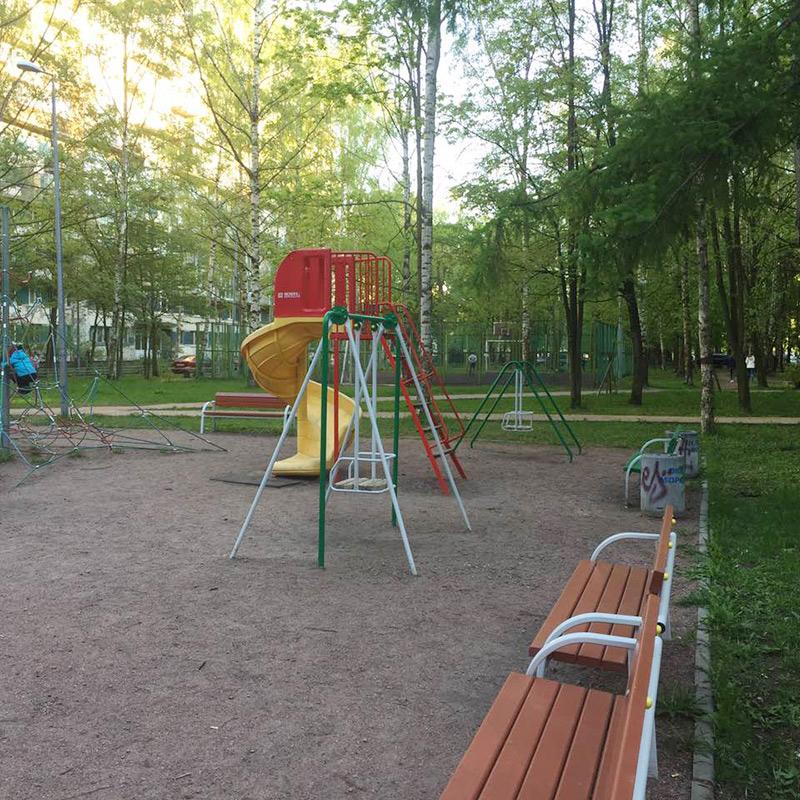 Детская площадка. Мне нравится наш зеленый дворик