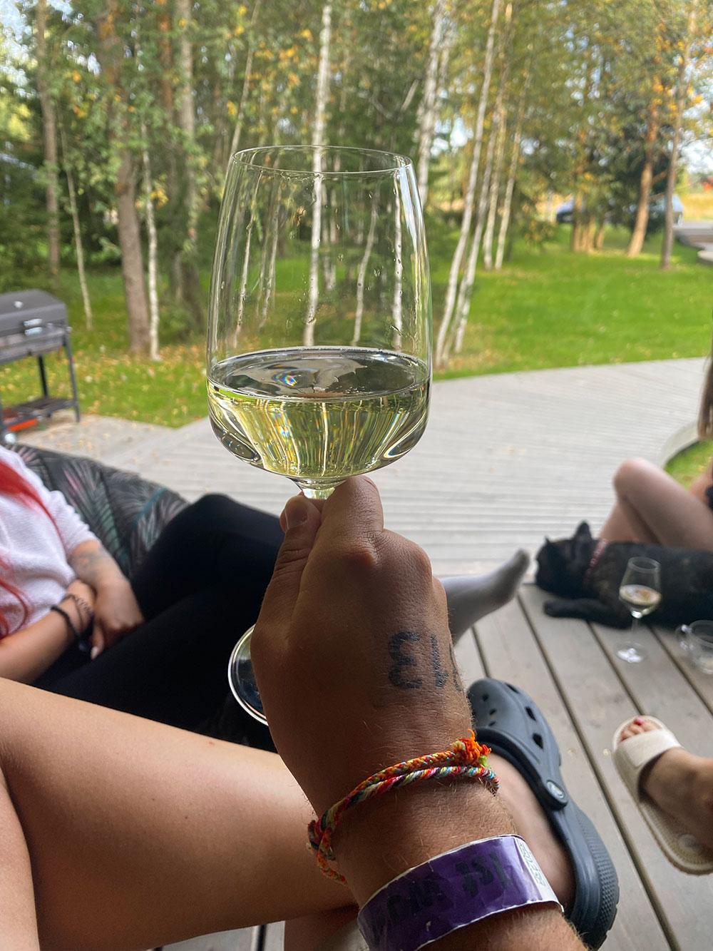 Иногда по вечерам мы пьем вино на веранде с друзьями