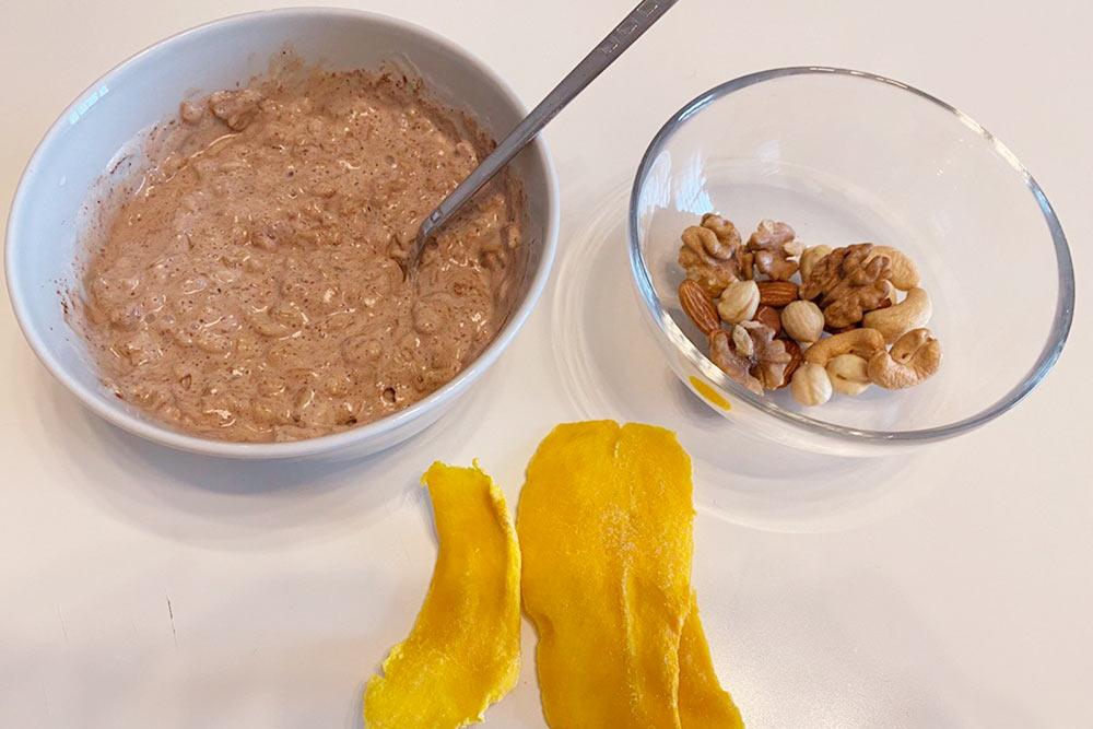Сегодня снова овсяная каша, горячие орехи и сушеный манго