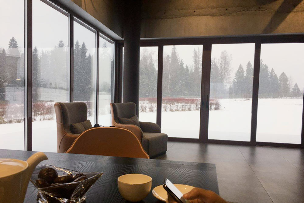Смотрим на снегопад через панорамное остекление. Очень красиво