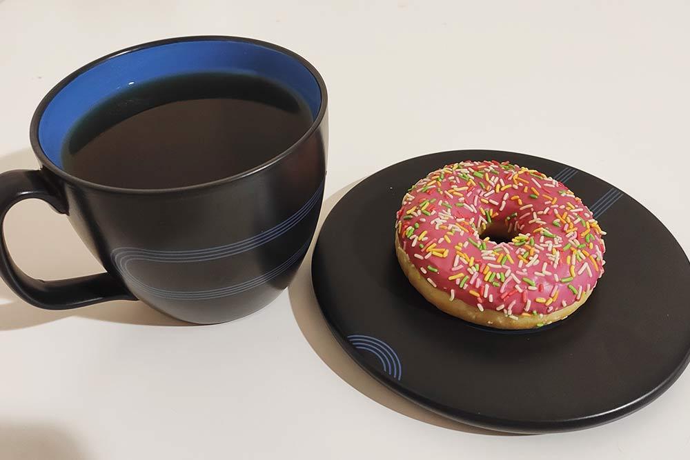 Чай и пончик: люблю сладкое