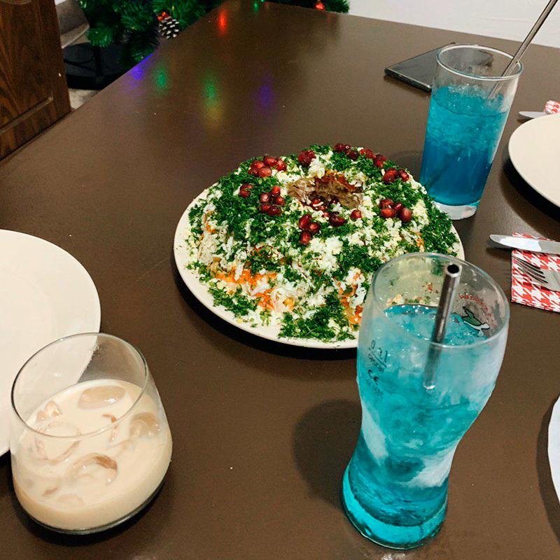 Начало вечеринки: салат еще не съеден, а коктейли из блюкюрасао и водки не выпиты