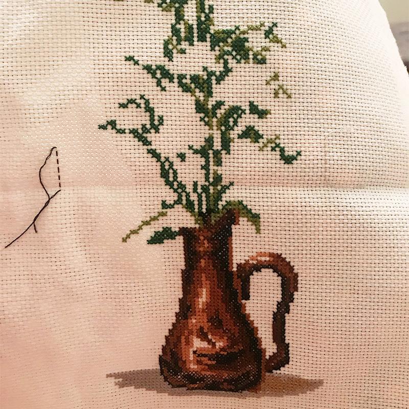 В найденном наборе была наполовину вышита ваза, я продолжила