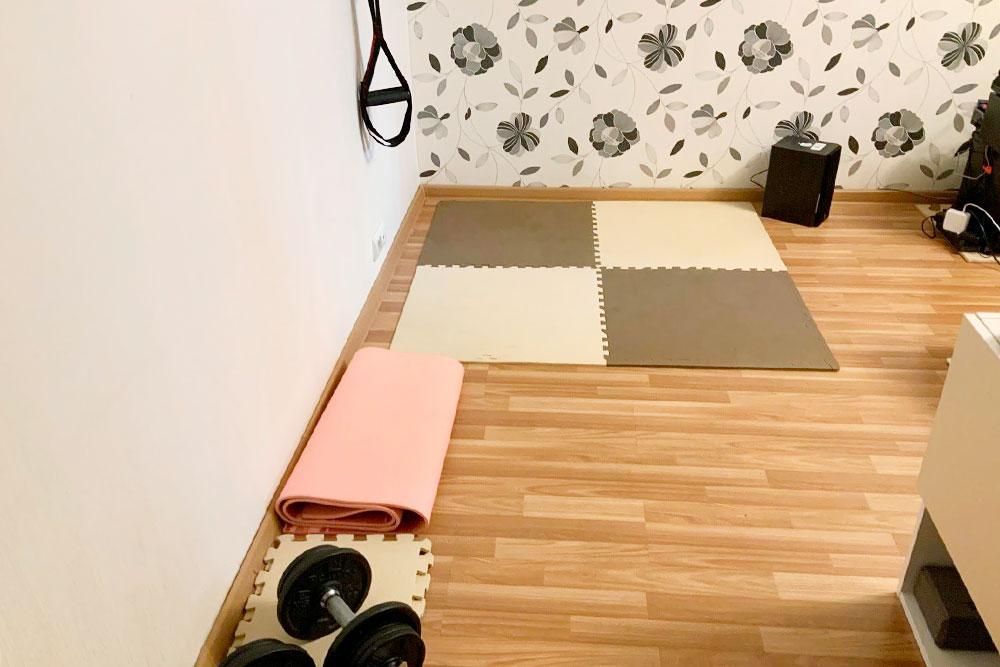 Эта комната у нас поделена на три зоны: спорт, лаунж, работа. Я, конечно, только недавно принимал душ, но я все равно не умею в интенсивные тренировки, такчто не страшно