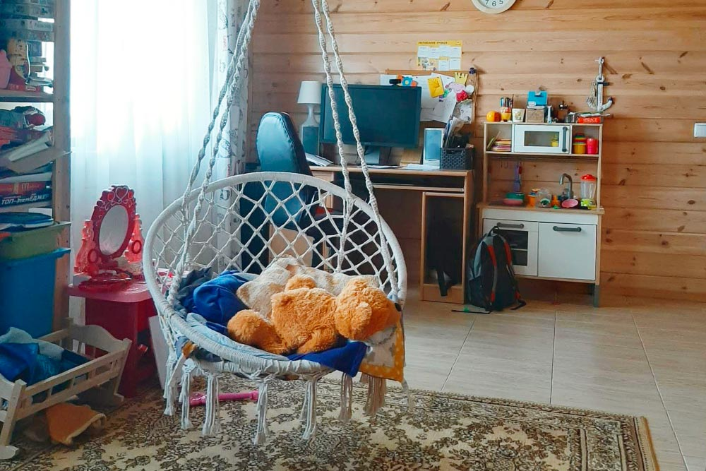 Это игровая комната, где хранятся все игрушки. Она просторная, поэтому здесь дети могут развернуться вовсю