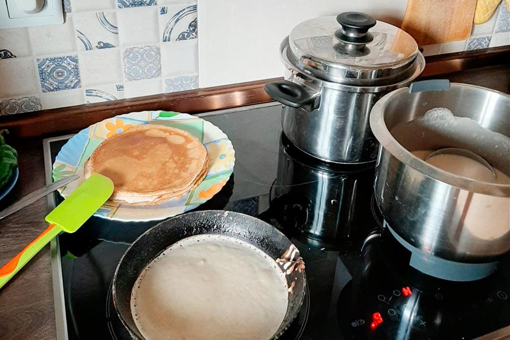 Муж завтракает, дочка рисует, а я варю суп и замешиваю тесто на блины
