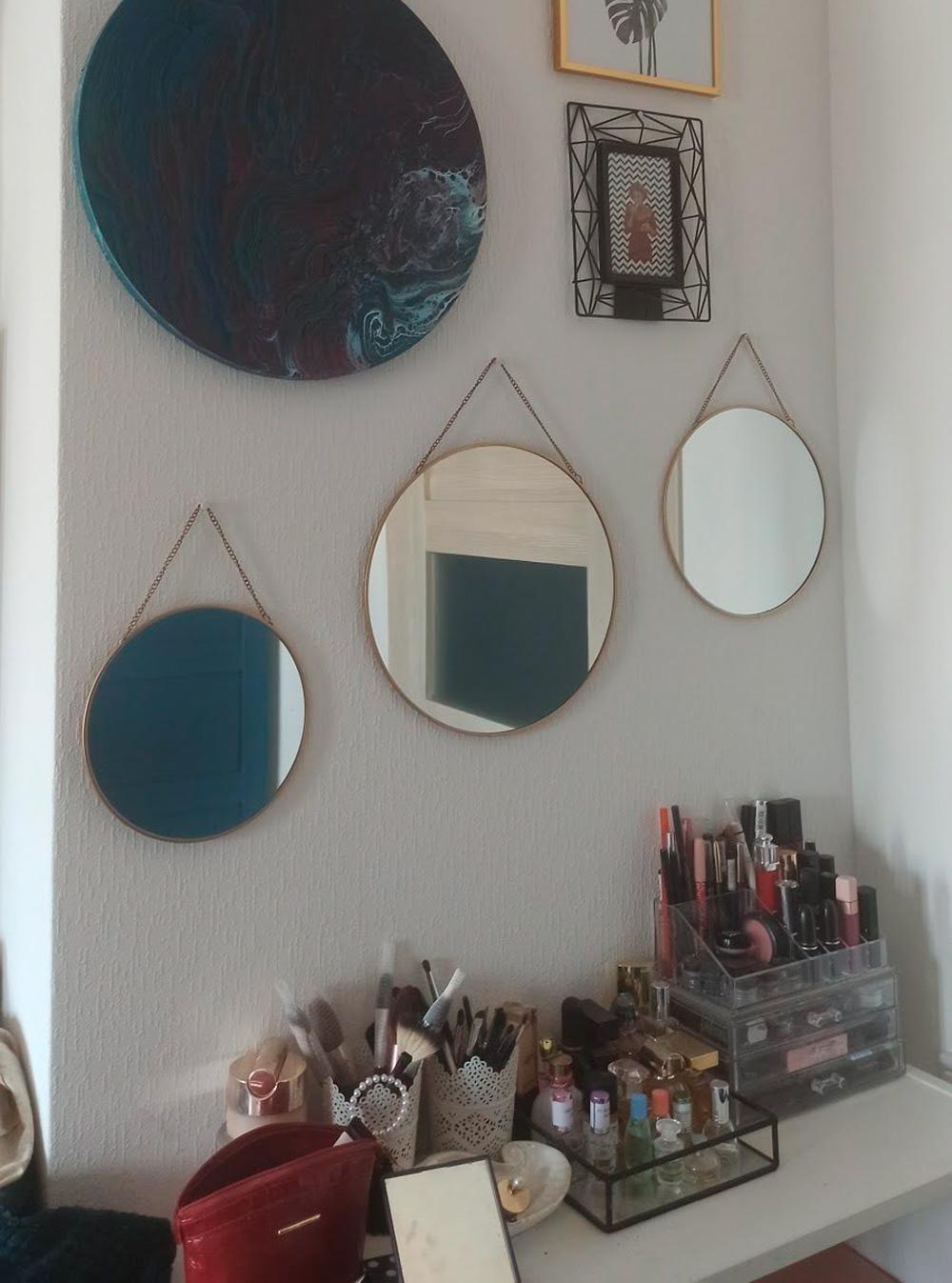 Часть декора я делала сама, например круглое панно в технике флюид-арт