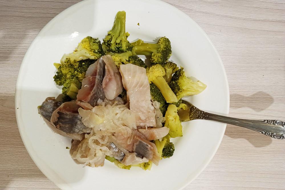 Ужин: брокколи и сельдь