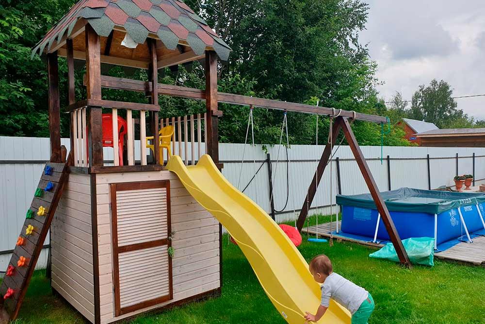 Также мы все вместе в течение полутора лет строили на даче детскую площадку. Кажется, получилось неплохо