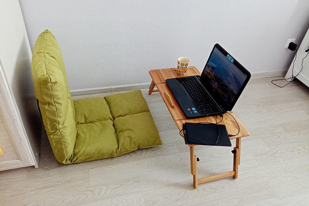 Так теперь выглядит мое домашнее рабочее место. Напольное кресло и столик — идеально