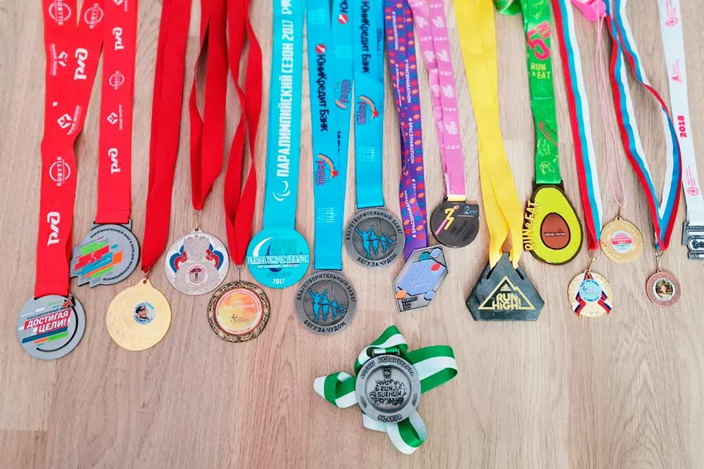 Мои медали с забегов. Раньше я очень много бегала, но потом получила травму колена
