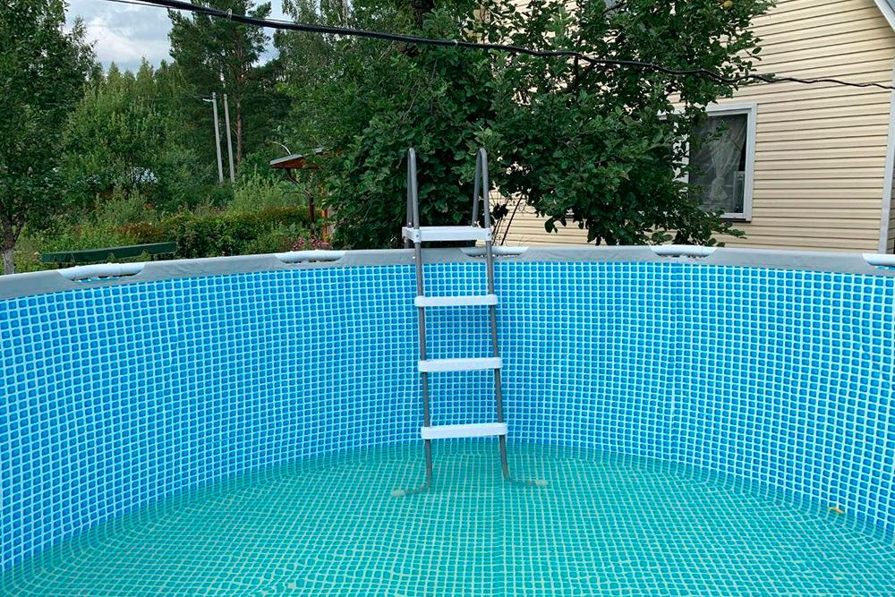 Вот такой бассейн Р. устанавливает на даче летом