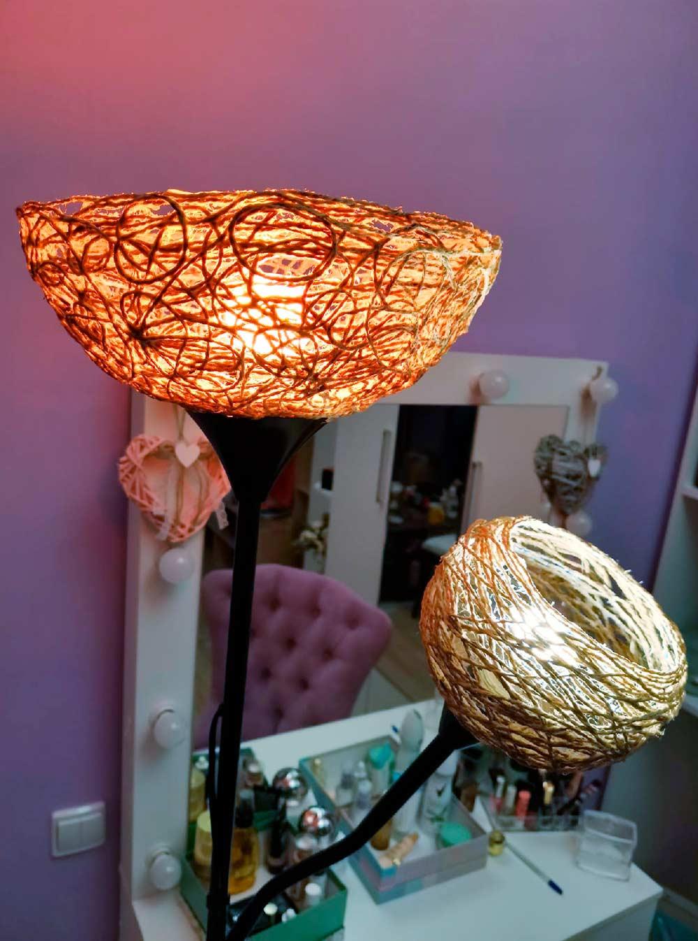 Читаю присвете вот такой лампы из «Икеи». Я сама ее апгрейдила на карантине: сделала новые плафоны из воздушного шара, джутового шпагата и клея ПВА. На два таких абажура у меня ушло 100метров шпагата и почти литр клея