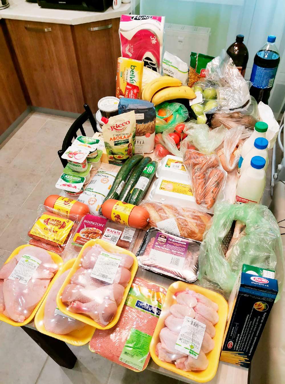 Обычно мы закупаем мясо птицы: филе, бедра, крылышки, спинки длясупа, фарш. Еще Р. привез крупы, макароны, молоко, кефир, ряженку, йогурты, яйца, овощи, фрукты и сосиски. И всякие сладости к чаю