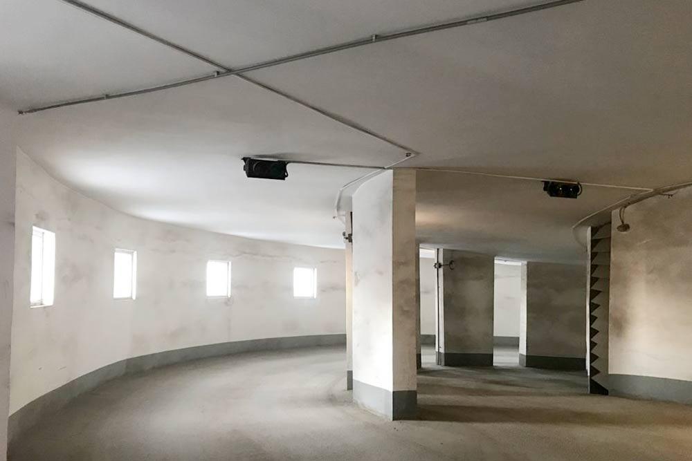У нас наземный семиэтажный гараж с винтовым выездом, наше место на шестом этаже