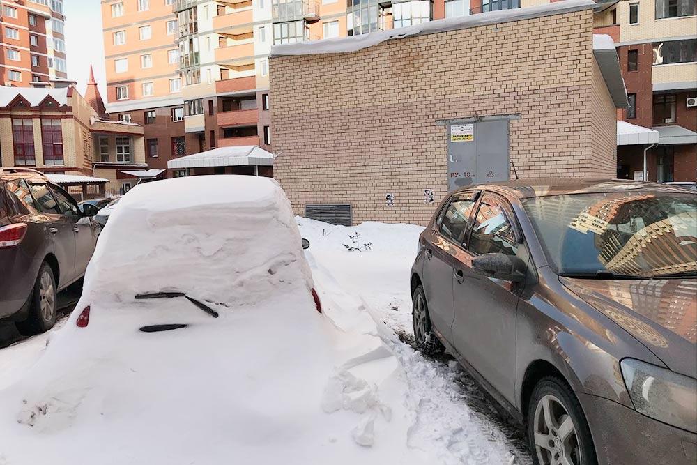 Сегодня у нас должны почистить снег во дворе. дляэтого нужно убрать все машины, но иногда кто-то все равно оставляет одну-две, из-за этого трактор не может нормально сделать расчистку