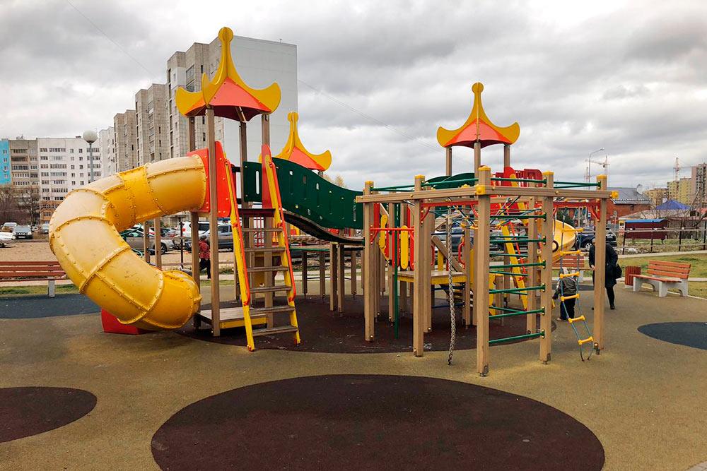 Одна из наших детских площадок. Детям очень повезло. Я прекрасно помню свою детскую площадку: она состояла из железной горки и скамейки подкрышей, там вечно кто-то пил пиво