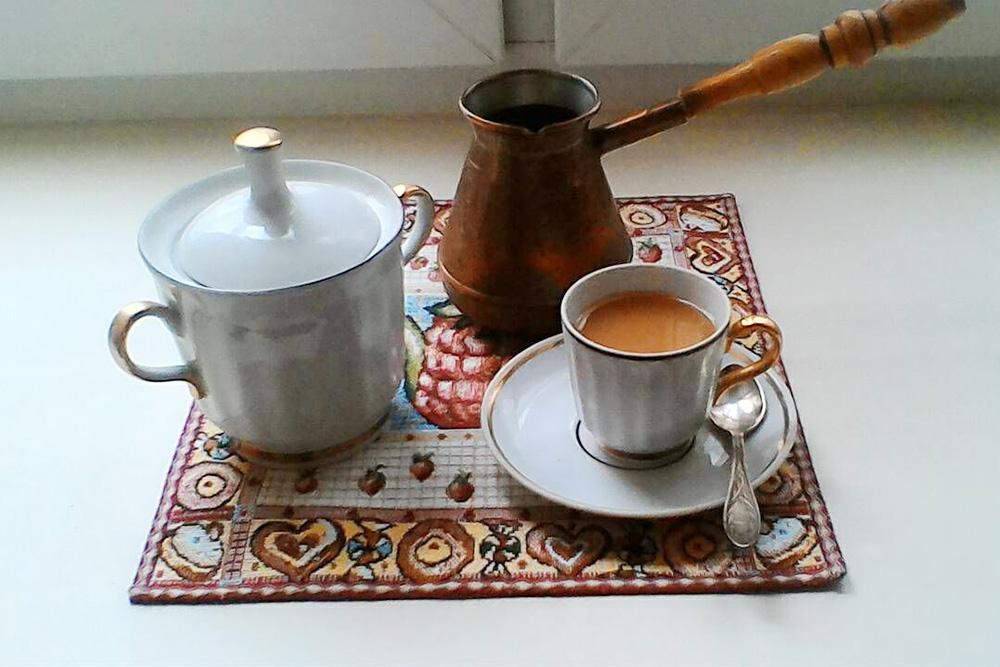 Кофе варю в турке, которую мне подарила моя подруга В. Мы с ней дружим со школы