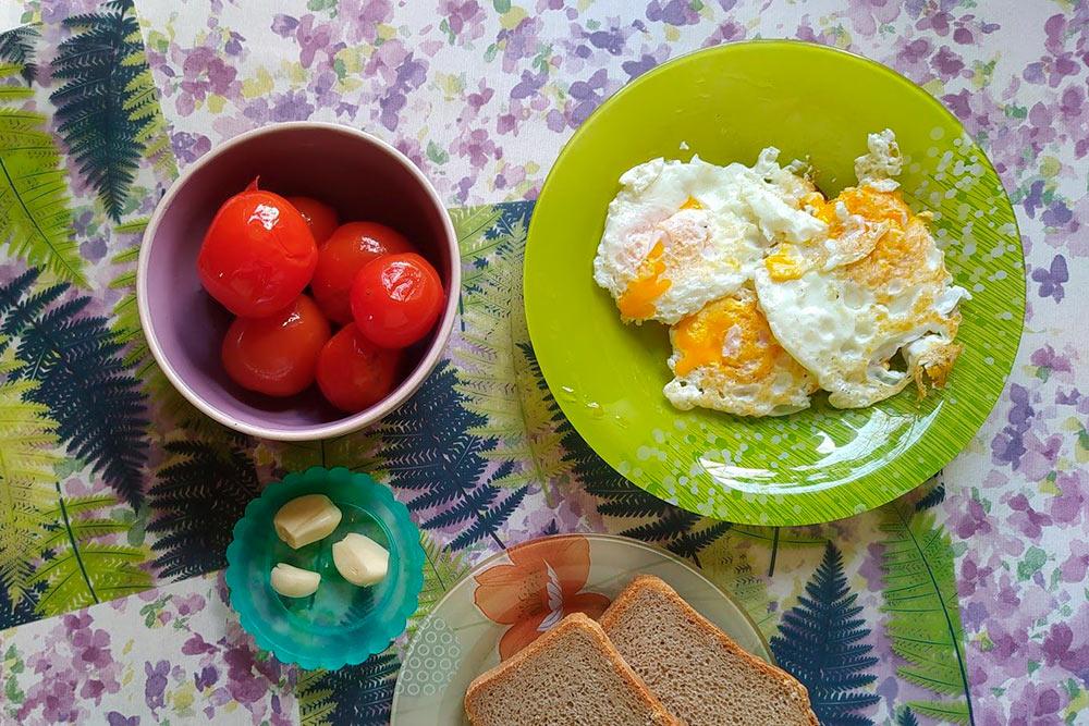 Яичница с помидорами и чесноком