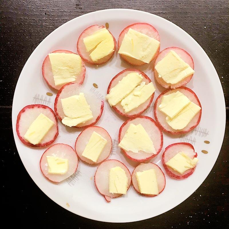 Единственно верный способ есть редиску — со сливочным маслом, солью и хлебом