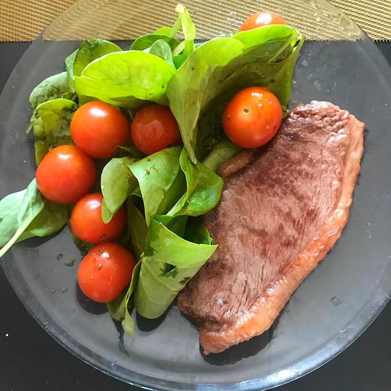 Обед: стейк пиканья и шпинат с помидорами черри с готовой масляной заправкой. Язык не поворачивается назвать это салатом