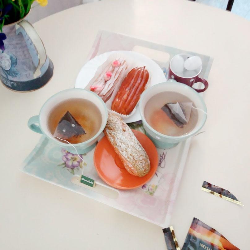 В кафе «Эклер» к горячему чаю дают лед. Первый раз такое вижу