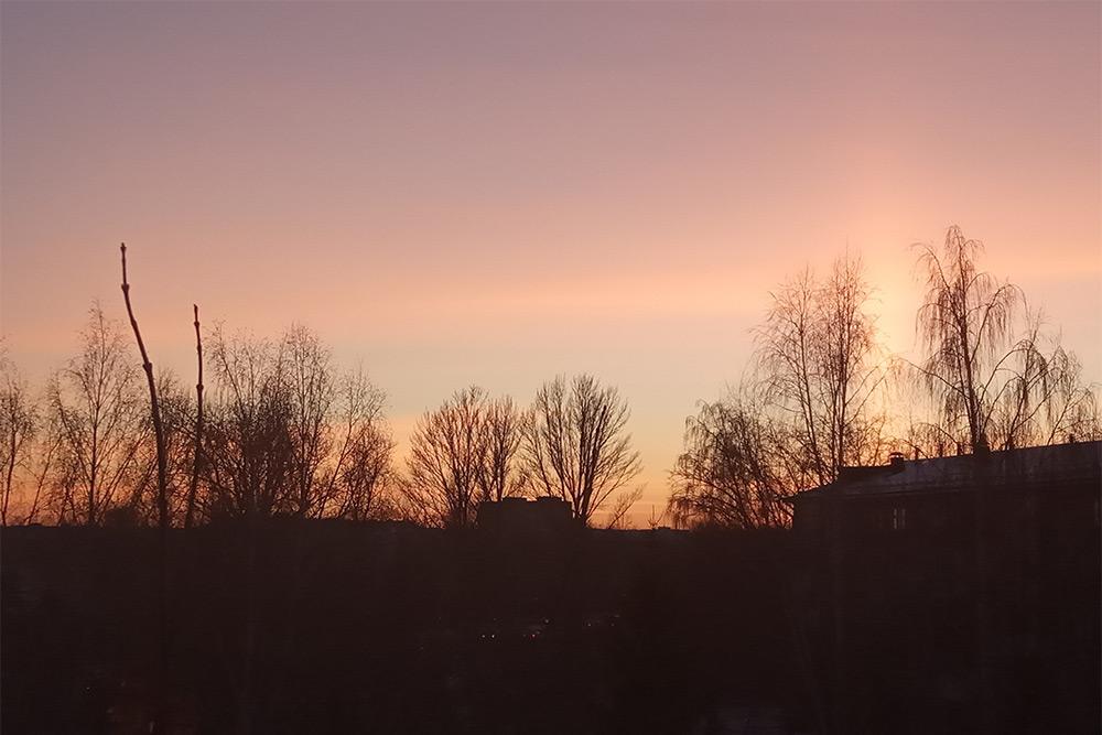 Заходящее солнце снизу подсвечивает тучу. Очень красиво