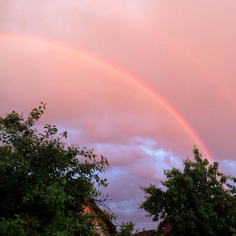 Двойная радуга над домом