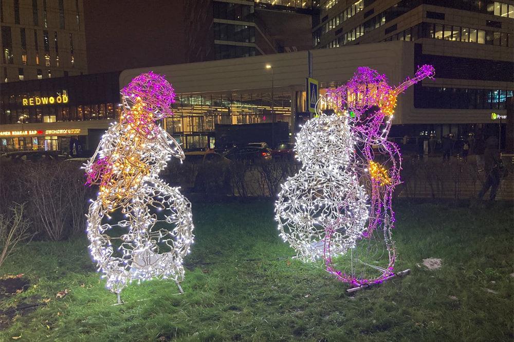 Появились еще снеговики, которые играют новогодние мелодии