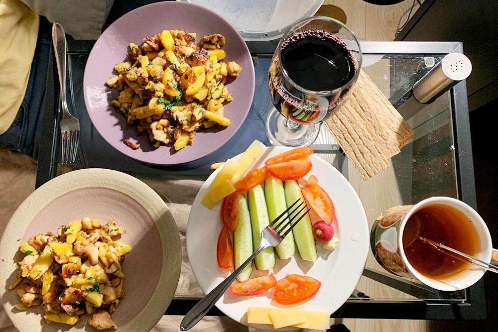 В тарелках — картошка с курицей, в бокале — виноградный сок, в кружке — чай