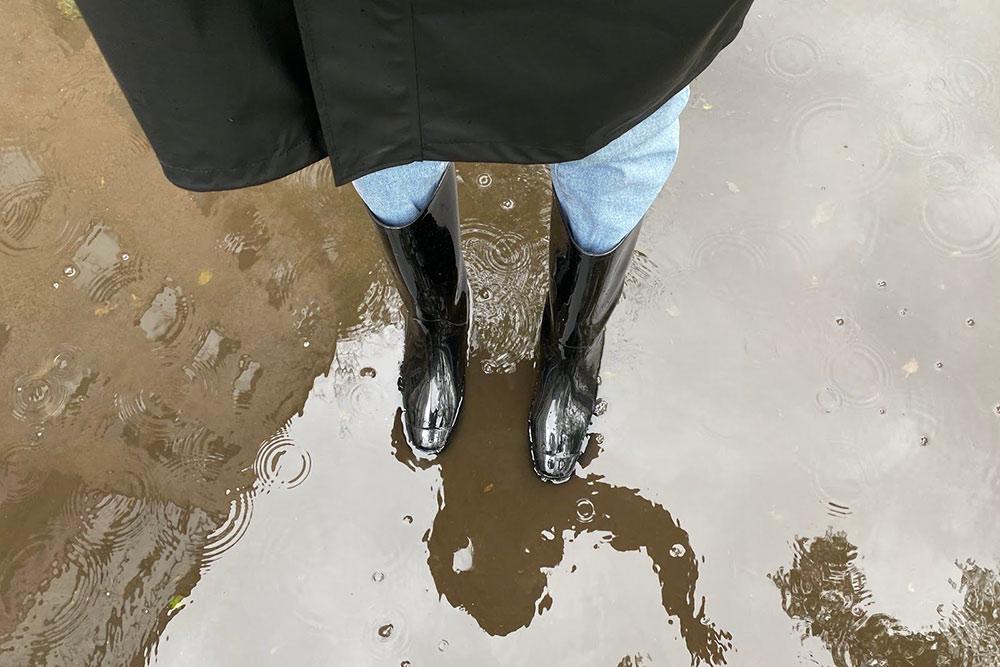 На улице дождь, и резиновые сапоги очень кстати