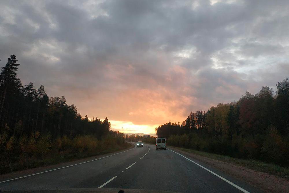 П. присылает вчерашние фотки и видео. Очень красиво, как будто никого нет, кроме нас, только дорога, закат и лес по обе стороны нежнейшей дороги