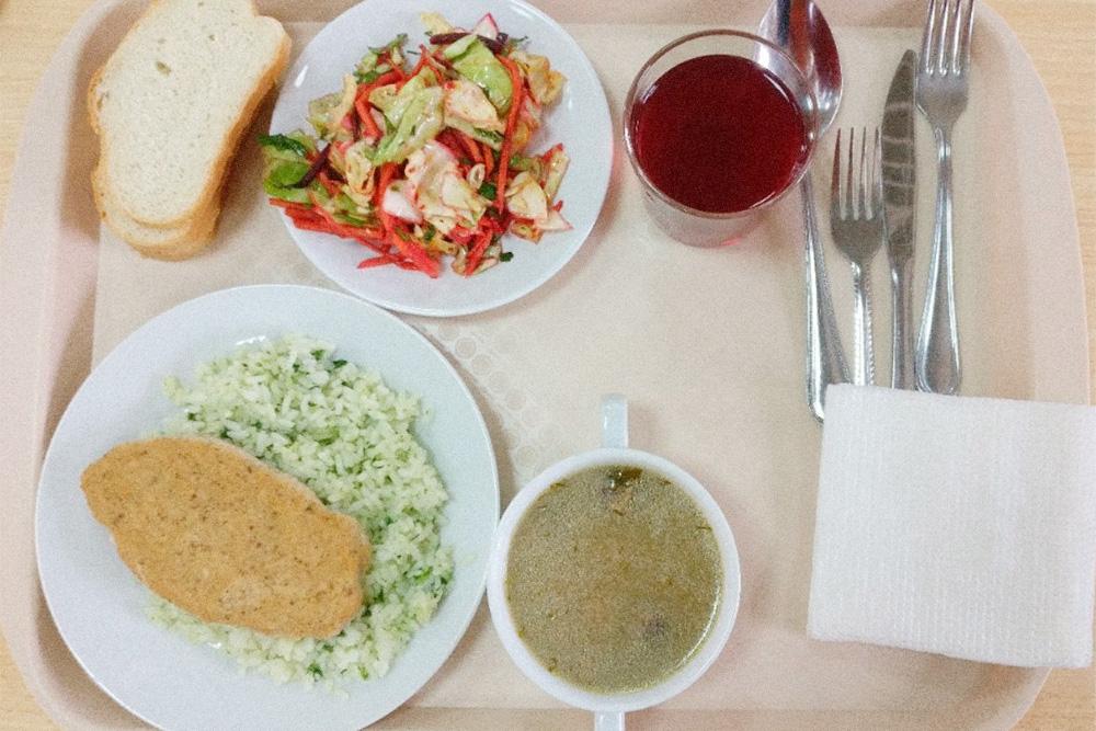 Обед в столовой Политеха. Уха, рыбная котлета, рис со шпинатом, три куска хлеба, салат из моркови, капусты и перца и компот