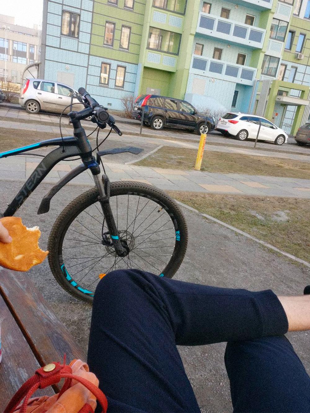 На велосипеде катаюсь много и часто, даже зимой. Чаще всего езжу к друзьям или на работу. На фото сижу у друга в Западном Дегунине, близ метро «Селигерская». Мой рекорд — доехать до Выхина на тусовку и вернуться с нее на велосипеде. Это около шестидесяти километров