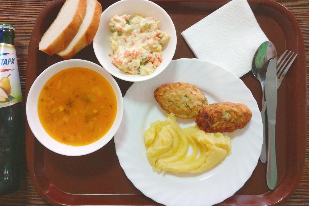 Грузинский лимонад, гороховый суп, салат с крабовыми палочками, две куриные котлеты, пюре и два куска хлеба. Платил коллега — он проиграл мне спор