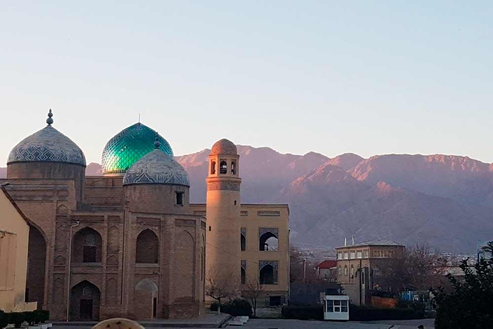Вид на горы с базарной площади в городе Худжанде в Таджикистане