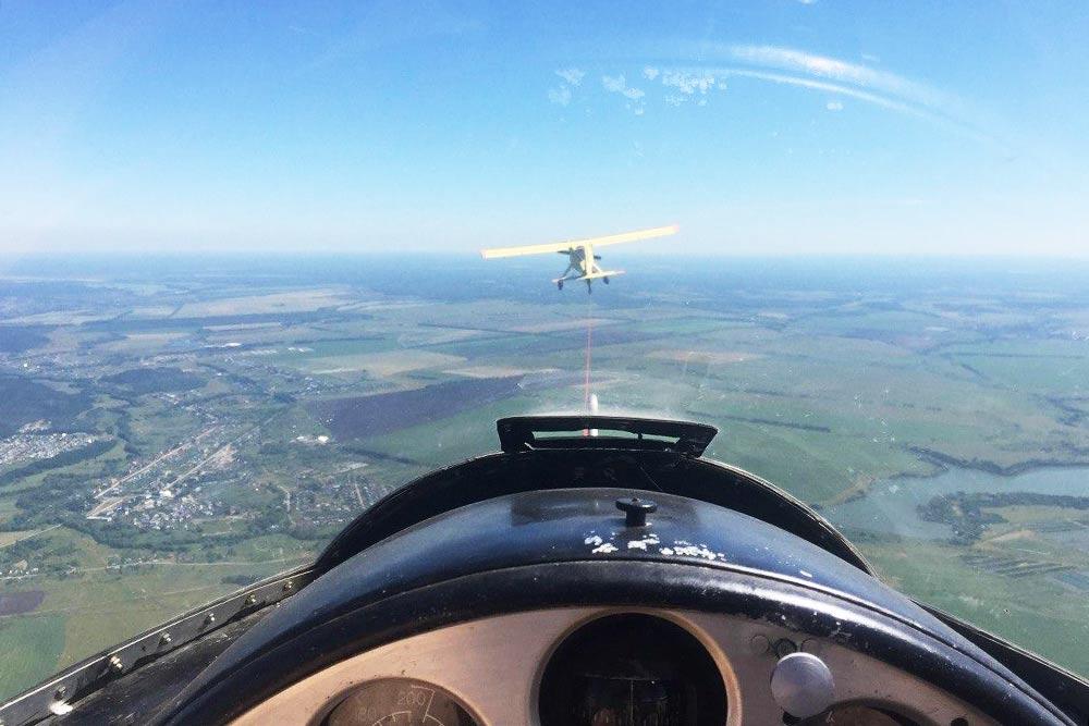 Вид из кабины планера. Сзади сидит пилот. На фото нас еле тащит на высоту самолет «Вильга»