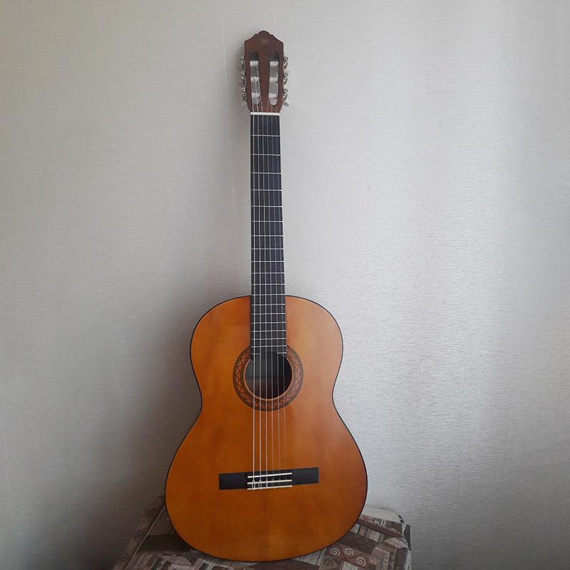 Это недорогая классическая гитара Ямаха&nbsp;C40 за 7900<span class=ruble>Р</span>. Для&nbsp;ученика вполне годная